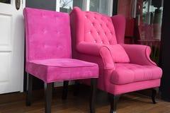 poltrona rosa del tessuto accanto alla porta bianca fotografie stock