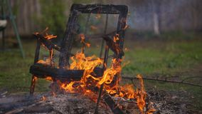 A poltrona velha está no fogo