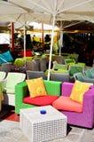 Poltronas coloridas do rattan em um café da rua Imagem de Stock