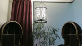 Poltronas e gaiola antigas do candelabro video estoque