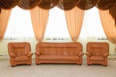 Poltrone di cuoio e un sofà Immagine Stock Libera da Diritti