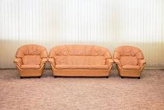 Poltrone e sofà di cuoio nell'interiore di stanza Fotografia Stock Libera da Diritti