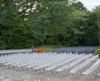 Poltrone imbottite bianche e grige nel parco prima della fase di estate Fotografie Stock