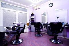 Poltrone nel salone di lavoro di parrucchiere Fotografia Stock