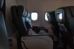 Poltrone sinistre in un aereo del Business class La TV controlla le sedie incorporate immagine stock libera da diritti