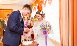 Poślubia ja dzisiaj i codzienny, ręki ślubna heteroseksualna para Przygotowywa stawia pierścionek na palcu jego urocza żona Zdjęcie Stock