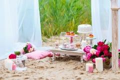 Poślubiać lub partyjny cukierku bar, dekorujący deseru stół w menchiach barwimy z tortami Szyka podławy styl Obrazy Royalty Free