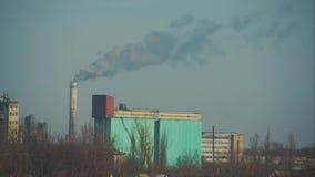Poluição alta a atmosfera com fumo e poluição atmosférica da fábrica química com pilha de fumo Terra global do conceito video estoque