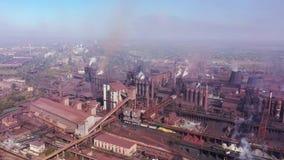 Poluição ambiental Vista aérea da concepção das instalações de alto-forno vídeos de arquivo