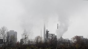 Poluição atmosférica pesada da indústria Poluição do ar pesada industrial e do tráfego na cidade Poluição de sopro da chaminé da  video estoque