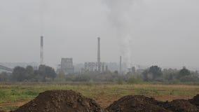 Poluição atmosférica pesada da indústria Poluição do ar pesada industrial e do tráfego na cidade Poluição de sopro da chaminé da  filme