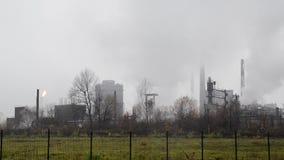 Poluição atmosférica pesada da indústria Poluição do ar pesada industrial e do tráfego na cidade Poluição de sopro da chaminé da  vídeos de arquivo