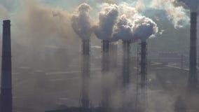 Poluição da atmosfera por uma empresa industrial da indústria metalúrgica video estoque