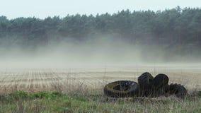 Poluição da poeira transportada por via aérea e pneus velhos filme
