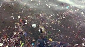 Poluição de água do desperdício do consumidor no rio video estoque