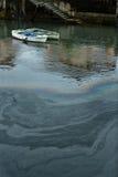 Poluição de água no cais causado pelo óleo Foto de Stock