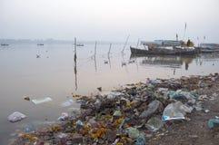 Poluição de água nos rios fotografia de stock