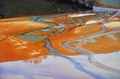 Poluição de um lago com água contaminada de uma mina de ouro Imagem de Stock Royalty Free