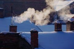 A poluição do ar abriga o aquecimento velho do conceito da geada do alvorecer da manhã da geada da neve do tubo do sol do céu da  Fotografia de Stock