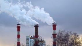 Poluição do ar da combustão do carvão e do fuel-óleo na estação do calor vídeos de arquivo