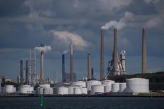 Poluição do ar das chaminés na planta de fábrica industrial Fotografia de Stock