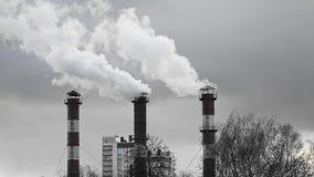 Poluição do ar das tubulações da planta industrial filme