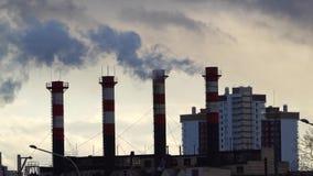 Poluição do ar das tubulações da planta industrial vídeos de arquivo