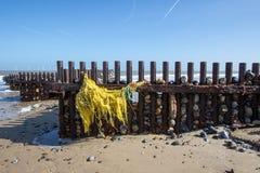 Poluição do mar Rede de pesca lavada acima na praia fotos de stock