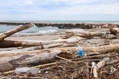 Polui??o e destrui??o do problema ambiental do planeta Conceito da ecologia pl?stico na praia Lixo derramado na praia imagens de stock royalty free