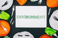 Poluição e proteção ambiental plásticas Papel com ambiente da palavra no centro do plástico quebrado descartável foto de stock royalty free