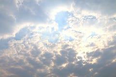 Poluição escura da luz do sol da nuvem do céu no céu fotos de stock royalty free