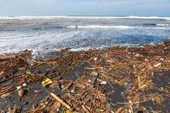 Poluição na praia do mar tropical Fotografia de Stock Royalty Free