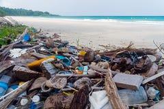 Poluição na praia do mar tropical fotografia de stock