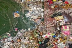 Poluição na praia do mar tropical Lixo plástico, espuma, w fotografia de stock