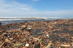 Poluição na praia do oceano tropical Imagem de Stock