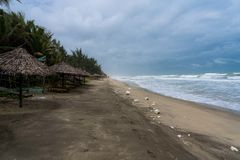 Poluição na praia famosa na matiz, Vietname do angbang Fora da estação no inverno imagem de stock royalty free