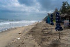 Poluição na praia famosa na matiz, Vietname do angbang Fora da estação no inverno fotos de stock royalty free
