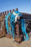 A poluição plástica de nylon do mar lavou acima em uma praia fotos de stock