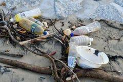 Poluição plástica do desperdício que polui o mar de Singapura imagens de stock