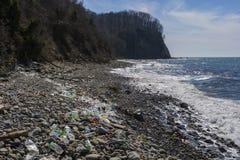 Poluições e lixos no mar foto de stock