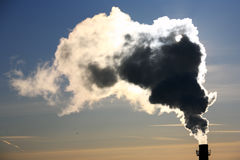 Poluição. Chaminé e fumo. Fotografia de Stock