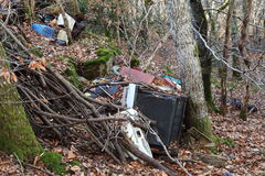 Poluição do agregado familiar na floresta Foto de Stock Royalty Free