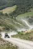 Polvere in aumento fuori strada di velocità sulla pista Immagine Stock