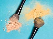 Polvere compatta opaca e polvere di luccichio con le spazzole di trucco Fotografia Stock Libera da Diritti