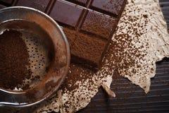 Polvere del cacao sul setaccio d'argento fotografia stock libera da diritti