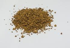 Polvere del caffè istantaneo su un fondo bianco Fotografia Stock