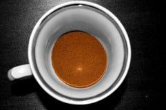 Polvere del caffè Caffè macinato in tazza fotografia stock libera da diritti