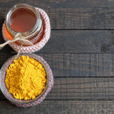 Polvere della curcuma, miele, alimento sano, cosmetico Immagine Stock Libera da Diritti