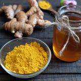 Polvere della curcuma, miele, alimento sano, cosmetico Fotografie Stock