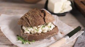 Polvere della farina da pane della pagnotta del malto e formaggio cremoso video d archivio